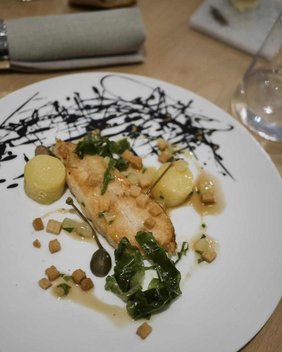Trubo rôti, grenobloise, pommes de terre confite, laitue de mer