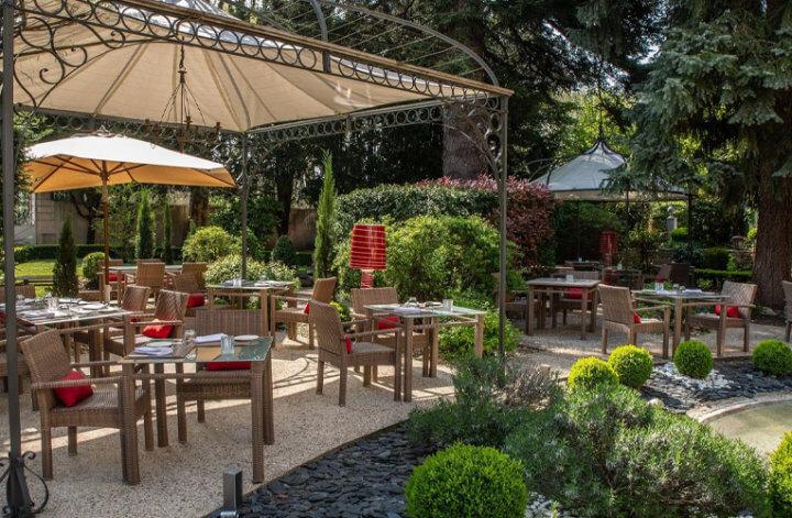 Hostellerie Cèdre & SPA, à Beaune terrasse