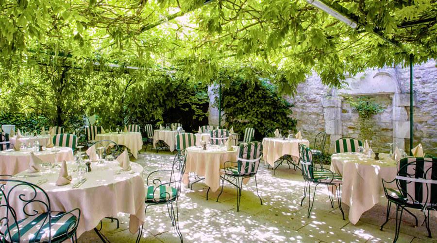 Le Clos Prieur, restaurant du Château de Gilly, à Gilly-les-Citeaux terrasse