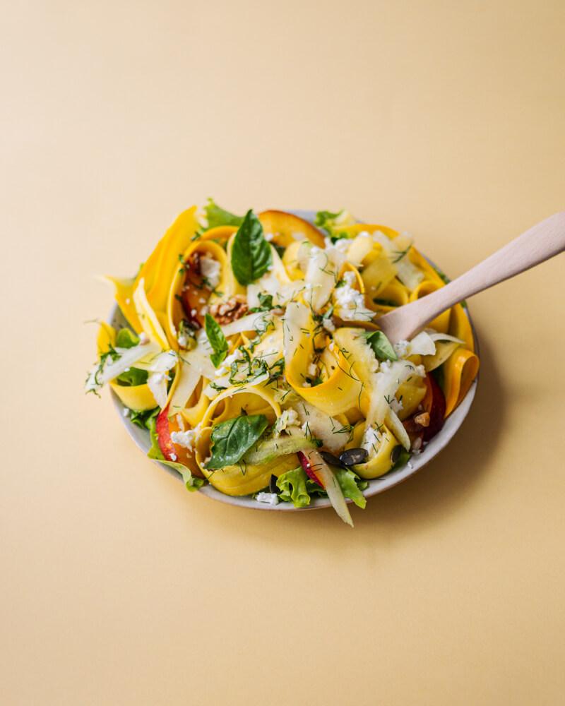 Salade courgettes crues, concombre, fêta, pêche
